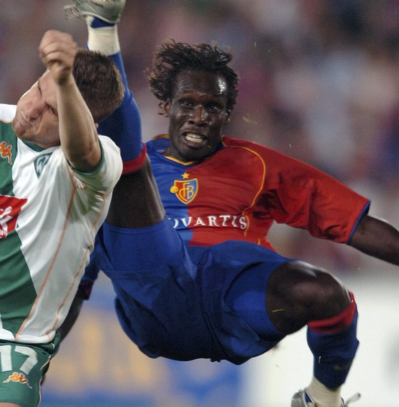 TECHNICAL REPEAT****Werder's Ivan Klasnic, left, avoids the foot of Basel's Papa Malick Ba during the UEFA Champions League, third qualifying round soccer match opposing FC Basel to Werder Bremen, in the St. Jakob Park in Basel, Switzerland, Wednesday, August 10, 2005. (KEYSTONE/Laurent Gillieron)