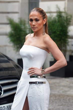 Singer Jennifer Lopez arrives prior to the Atelier Versace Fall Winter 2014-15  Haute Couture fashion collection, presented in Paris, Sunday, July 6, 2014. (AP Photo/Thibault Camus)