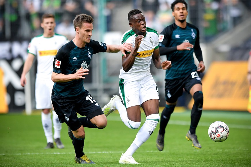 epa07490576 Bremen's Sebastian Langkamp (L) in action against Moenchengladbach's Denis Zakaria (R) during the German Bundesliga soccer match between Borussia Moenchengladbach and Werder Bremen at Borussia-Park in Moenchengladbach, Germany, 07 April 2019.  EPA/SASCHA STEINBACH CONDITIONS - ATTENTION: The DFL regulations prohibit any use of photographs as image sequences and/or quasi-video.