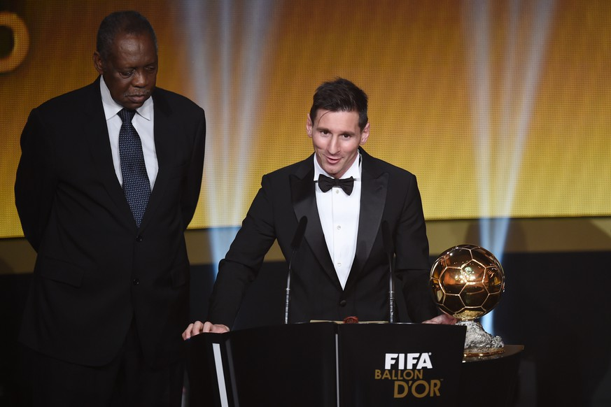ZURICH, SWITZERLAND - JANUARY 11:  Lionel Messi of Argentina and FC Barcelona speaks to the audience after receiving the Ballon d'or from acting FIFA President Issa Hayatou during the FIFA Ballon d'Or Gala 2015 at the Kongresshaus on January 11, 2016 in Zurich, Switzerland.  (Photo by Matthias Hangst/Getty Images)
