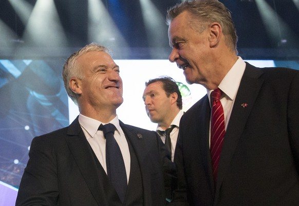 Swiss head coach Ottmar Hitzfeld, right, and French head coach Didier Deschamps, left, shake hands after the final draw of the preliminary round groups of the 2014 FIFA world cup Brazil in Costa do Sauipe, Brazil, Friday, December 6, 2013. (KEYSTONE/Peter Klaunzer)