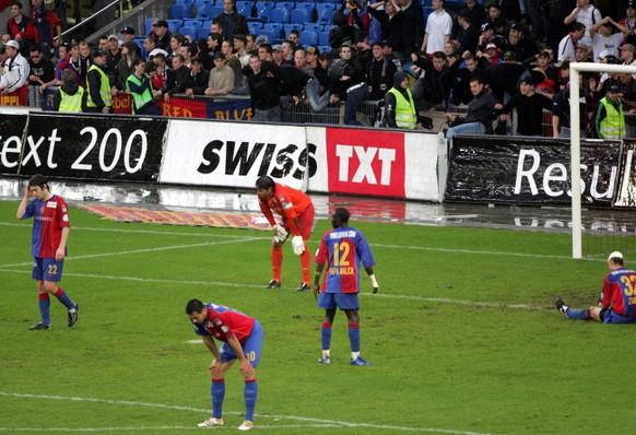 Konsternierte Basler Spieler und Fans nach dem Tor zum 1:2 fuer den FC Zuerich im Fussball Meisterschaftsspiel der Super League zwischen dem FC Basel und dem FC Zuerich am Samstag, 13. Mai 2006, in Basel. (KEYSTONE/Patrick Straub)